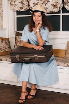 Frau mit gepäck machen sie sich bereit zu reisen.