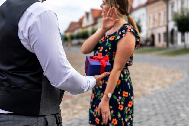 Frau mit geschenk nicht zufrieden