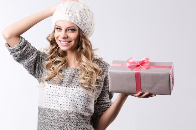 Frau mit geschenk. schönheit, mode und feier
