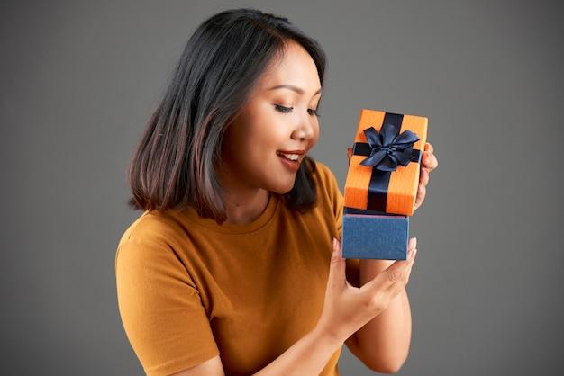 Frau mit geschenkbox