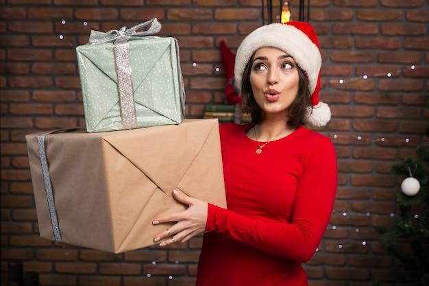 Frau mit geschenken für weihnachten