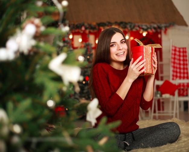 Frau mit geschenken mit weihnachtsdekoration