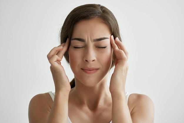 Frau mit geschlossenen augen kopfschmerzen emotionen negativ