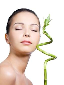 Frau mit geschlossenen augen mit pflanze