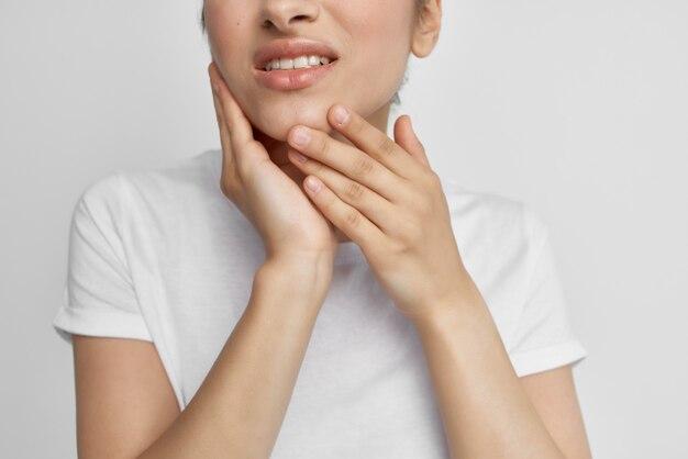 Frau mit gesicht zahnschmerzen unzufriedenheit unbehagen