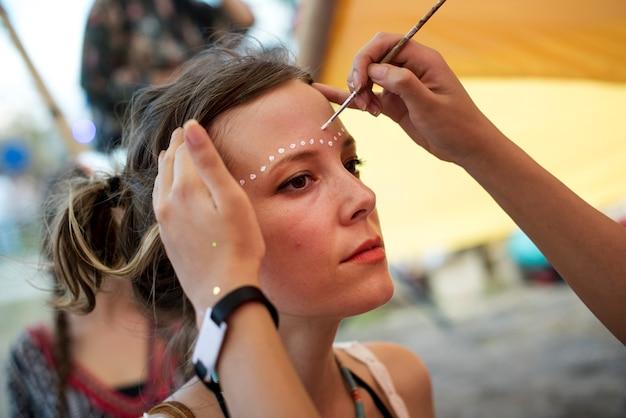 Frau mit gesichtsmalerei art design festival event
