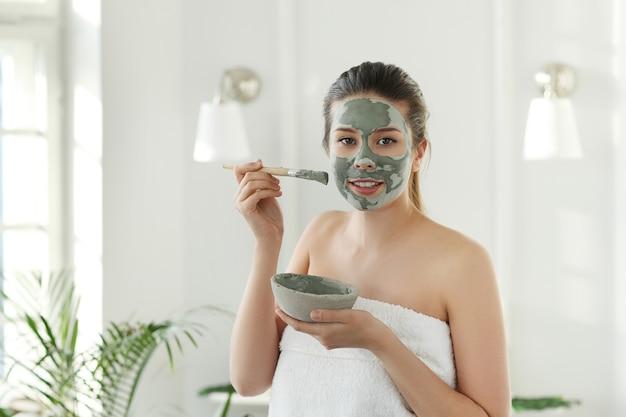 Frau mit gesichtsmaske für hautpflege. schönheitskonzept.