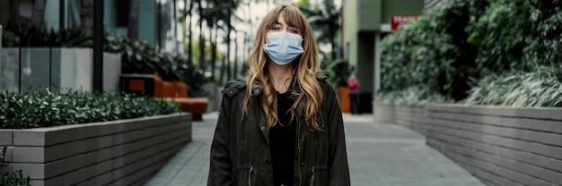 Frau mit gesichtsmaske in der öffentlichkeit während des ausbruchs des coronavirus
