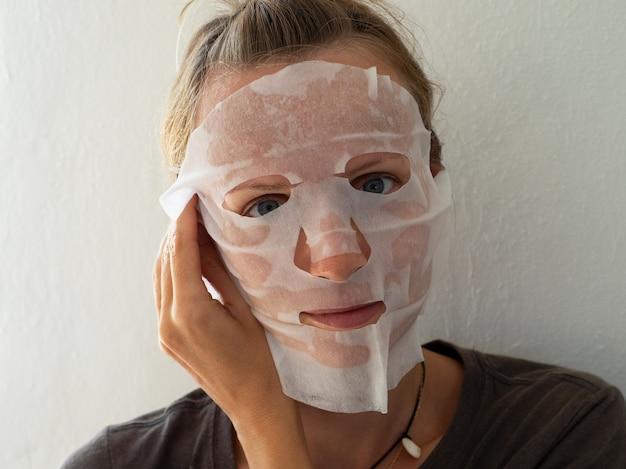Frau mit gesichtsmaske. kosmetischer eingriff. beauty spa und kosmetologie.