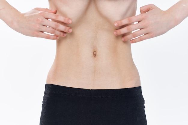 Frau mit gesundheitlichen problemen mit flachem magen anorexie gewichtsverlust. foto in hoher qualität