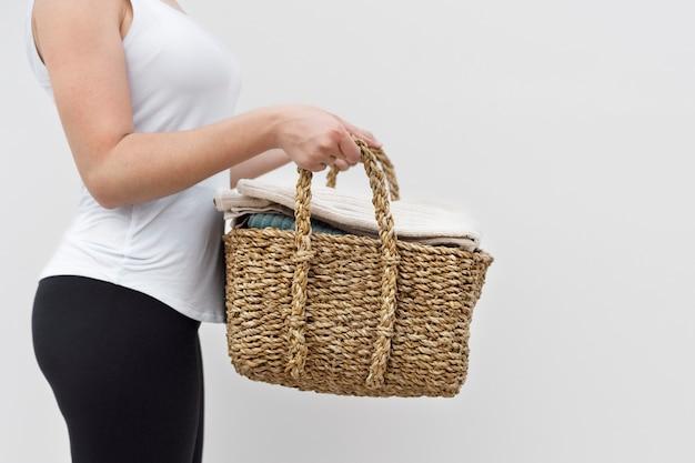 Frau mit gewebtem wäschekorb-lifestyle-konzept