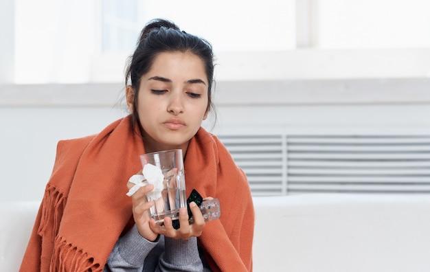 Frau mit glas und serviette in der hand orange plaid allergische reaktionsmodell. hochwertiges foto