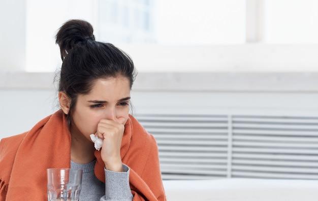 Frau mit glas und serviette in der hand orange plaid allergische reaktionsmodell.