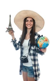 Frau mit globus und eiffelturm lokalisiert