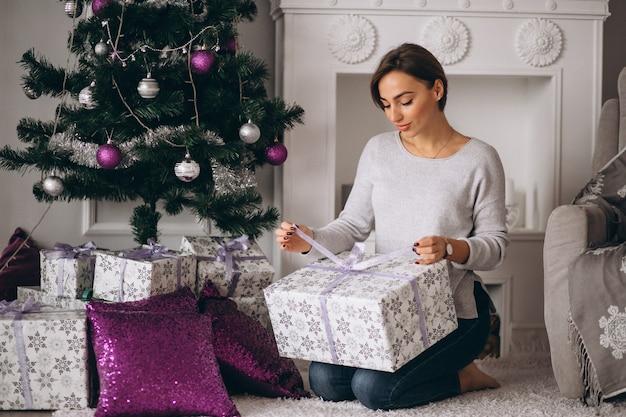 Frau mit großen weihnachtsgeschenken