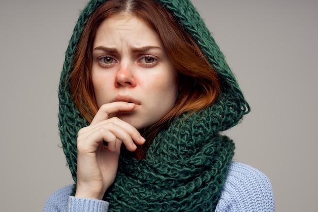 Frau mit grünem schal auf ihrem kopf, der mit händen gestikuliert