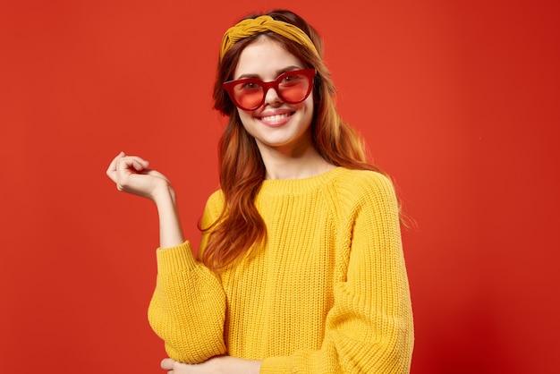 Frau mit haaren im retro-stil des roten brillenmodestudios