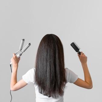 Frau mit haarglätter