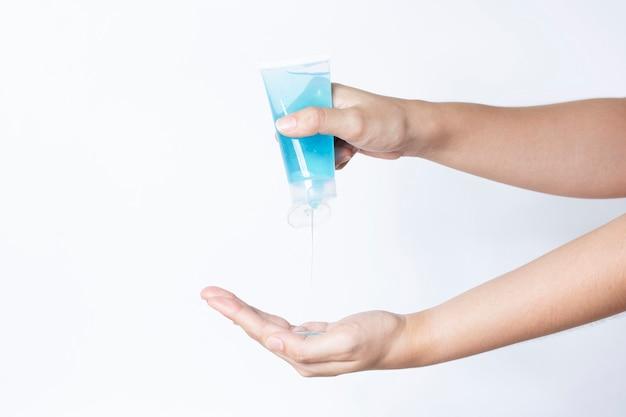 Frau mit händedesinfektionsgel sauber schützen virusbakterien covid-19 ansteckende krankheit