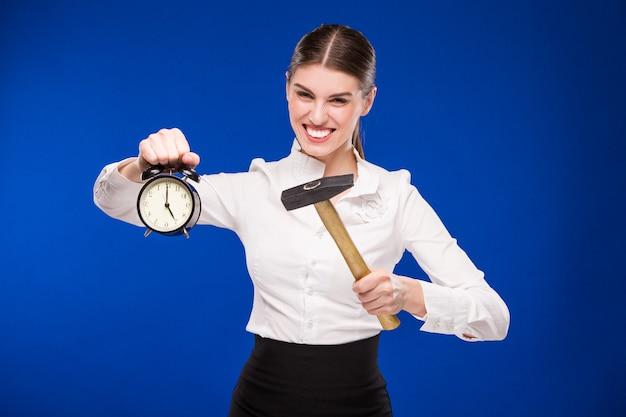 Frau mit hammer und wecker