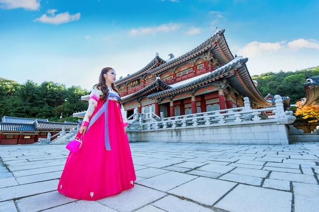 Frau mit hanbok in gyeongbokgung, der traditionellen koreanischen kleidung