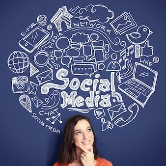 Frau mit hand gezeichnete illustration des social-media-konzepts