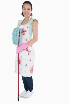 Frau mit handschuhen schürze und mopp
