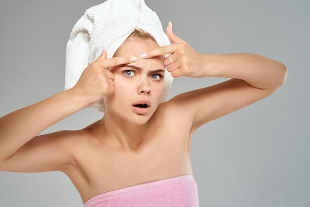 Frau mit handtuch auf dem kopf nackte schultern gesichtsnahaufnahme