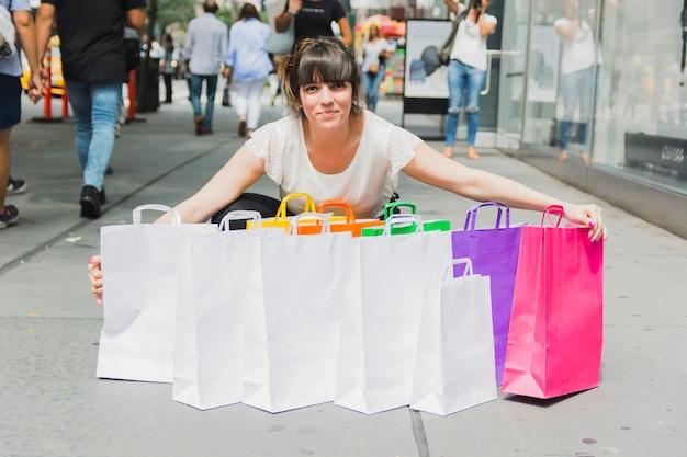 Frau mit haufen einkaufstaschen