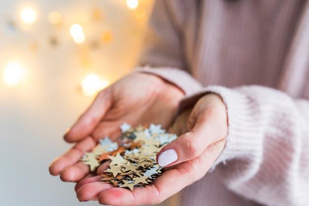 Frau mit haufen von ornamentsternen