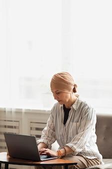 Frau mit hautkrebs, die zeit zu hause verbringt