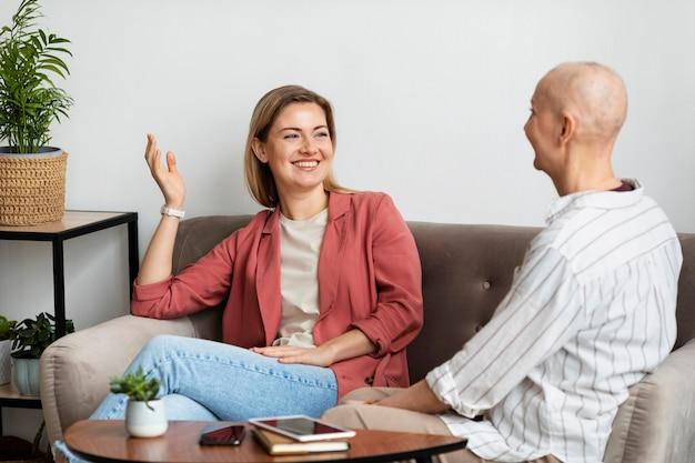 Frau mit hautkrebs verbringt zeit mit ihrer freundin