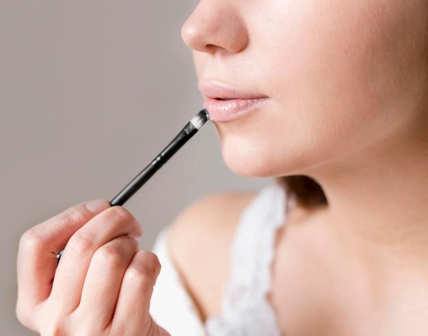 Frau mit hautton lippenstift