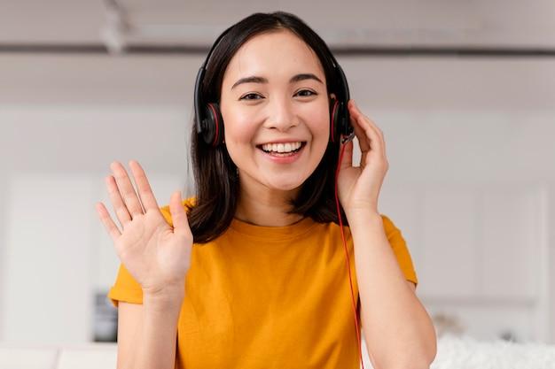 Frau mit headset für videoanruf