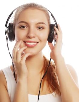 Frau mit hörender musik der kopfhörer