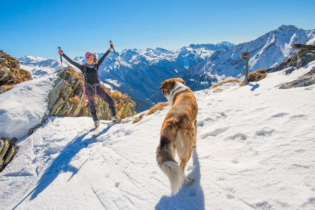 Frau mit hund im sky resort