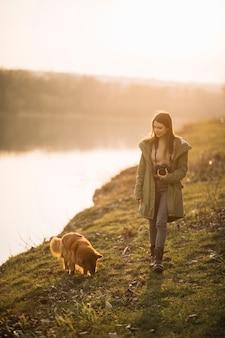 Frau mit hund und kamera
