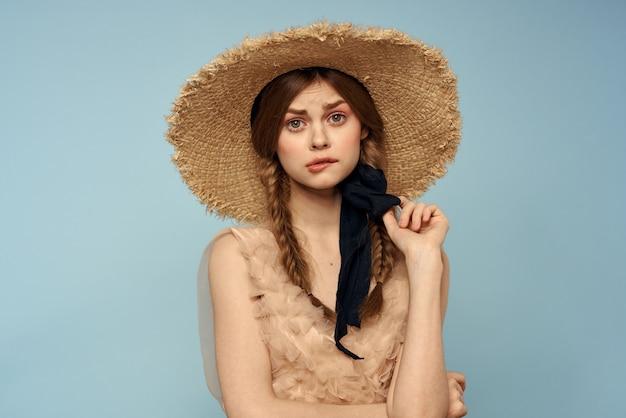 Frau mit hut und kleid emotionen bezaubern leichte stofffreude.