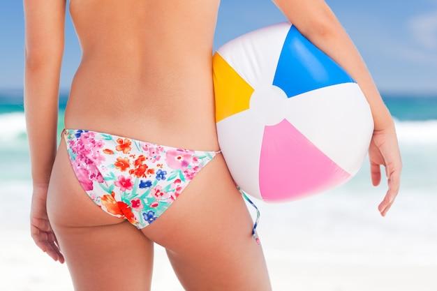 Frau mit ihrem ball am strand
