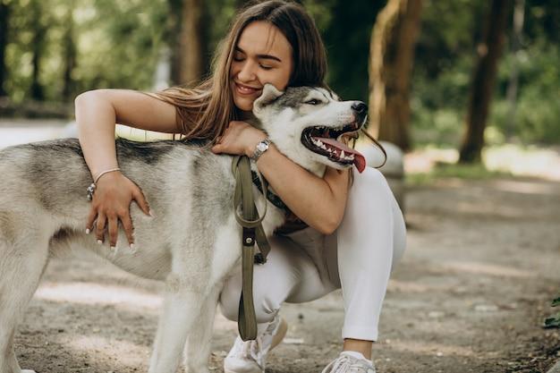 Frau mit ihrem heiseren hund im park