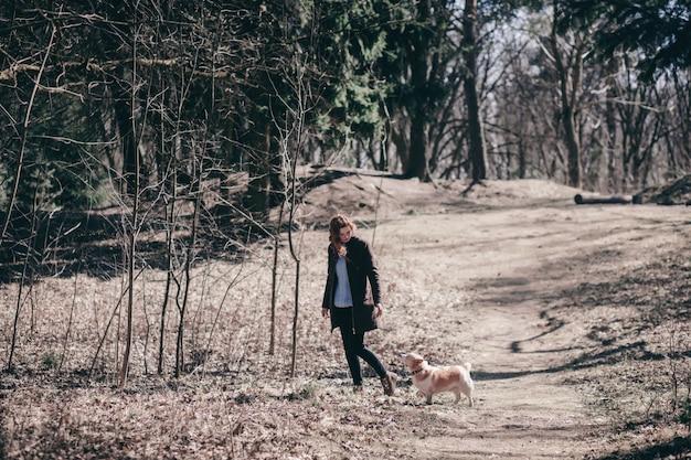 Frau mit ihrem hund spazieren