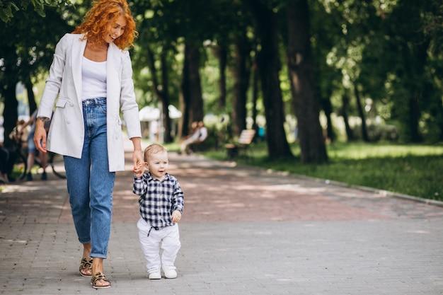 Frau mit ihrem sohn, der spaß im park hat