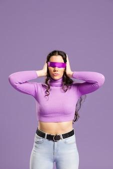 Frau mit ihren augen bedeckte mittleren schuss