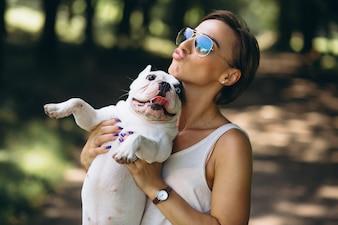 Frau mit ihrer französischen Bulldogge des Haustieres