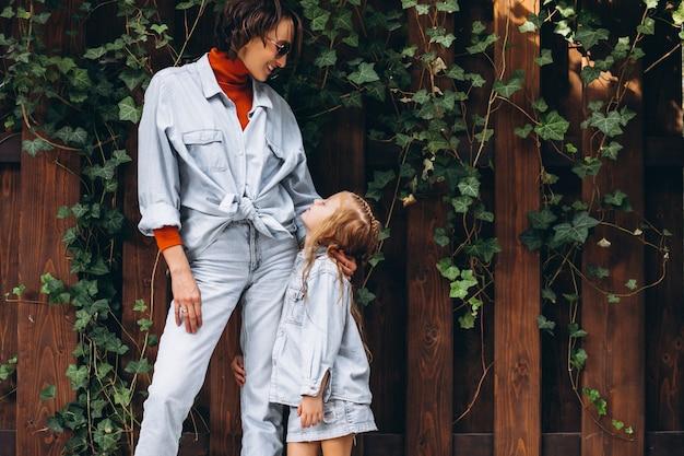 Frau mit ihrer kleinen tochter auf dem hinterhof