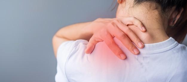 Frau mit ihrer schulterverstauchung, muskelschmerzen bei überarbeitung. mädchen mit körperproblemen nach dem aufwachen. schulterschmerzen, schulterschmerzen, bürosyndrom und ergonomisches konzept