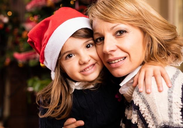Frau mit ihrer tochter zu weihnachten