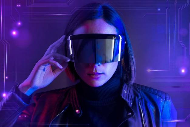 Frau mit intelligenten brillen futuristischer technologie digitaler remix