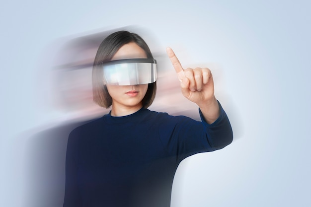 Frau mit intelligenter brille doppelbelichtungseffekt auf technologiethema