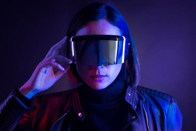 Frau mit intelligenter brille futuristischer technologie digitaler remix